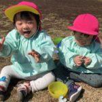 砂場で日向ぼっこをする東府中ベル保育園の子供達