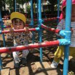 公園のジャングルジムで遊ぶ東府中ベル保育園の園児たち